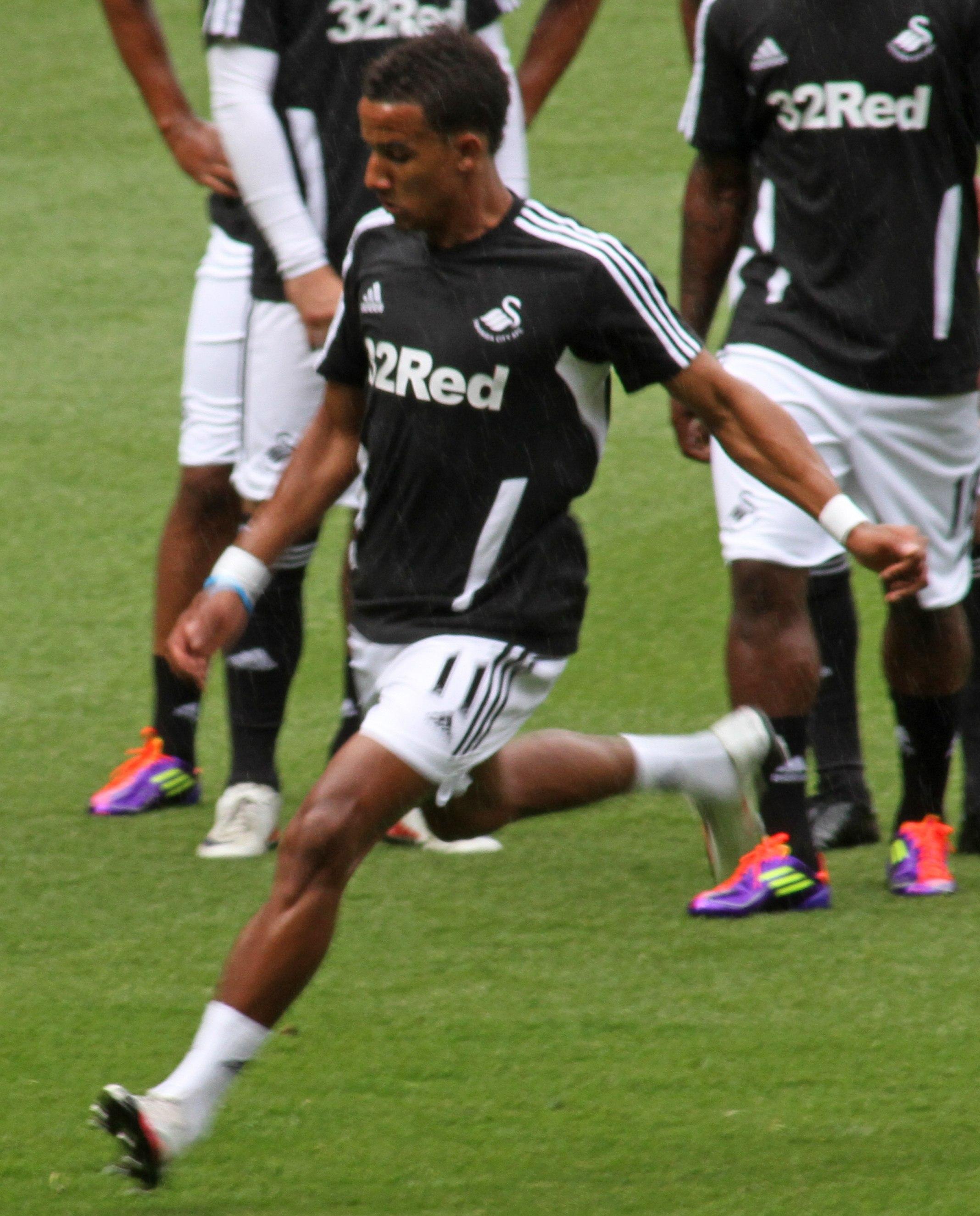 Scott_Sinclair_Swansea_City_warm_up_vs_Arsenal_2011_(cropped)